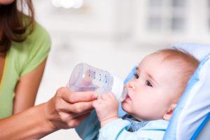 Новорожденный пьет воду
